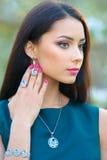 Muchacha larga hermosa del pelo del modelo de moda con la colección lu de la primavera Imagen de archivo libre de regalías