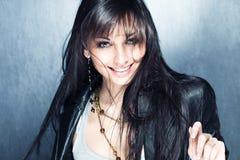 Muchacha larga sonriente del pelo negro con los ojos azules Imagen de archivo libre de regalías