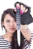 Muchacha latina con los clavos rosados que sostienen un cuchillo Foto de archivo libre de regalías