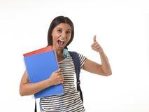Muchacha latina de moda del estudiante que celebra la sonrisa de la mochila de la carpeta y del libro de la libreta que lleva fel Imagenes de archivo