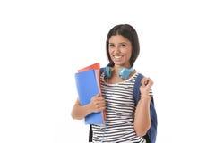Muchacha latina de moda del estudiante que celebra la sonrisa de la mochila de la carpeta y del libro de la libreta que lleva fel Fotos de archivo