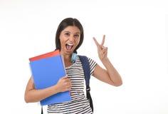 Muchacha latina de moda del estudiante que celebra la sonrisa de la mochila de la carpeta y del libro de la libreta que lleva fel Imágenes de archivo libres de regalías