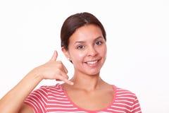 Muchacha latina encantadora con gesto de la llamada Imágenes de archivo libres de regalías