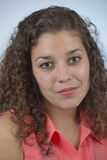 Muchacha latina hermosa con el pelo rizado Fotografía de archivo libre de regalías