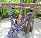 Muchacha latina hispánica del adolescente que juega en parque Fotografía de archivo