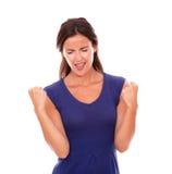 Muchacha latina preciosa en vestido púrpura con los brazos para arriba Fotos de archivo