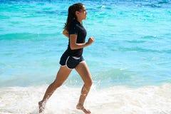 Muchacha latina que corre en playa de la orilla del Caribe foto de archivo libre de regalías