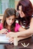 Muchacha latina que estudia con su madre Imágenes de archivo libres de regalías