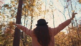 Muchacha libre en bosque que disfruta de día metrajes