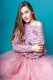 Muchacha linda adolescente con el pelo largo que presenta el retrato de la naturaleza del estudio Imagen de archivo libre de regalías