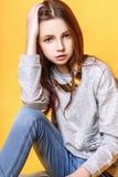 Muchacha linda adolescente con el pelo largo que presenta el retrato de la naturaleza del estudio Foto de archivo libre de regalías