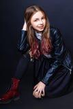 Muchacha linda adolescente con el pelo largo que presenta el retrato de la naturaleza del estudio Imagen de archivo