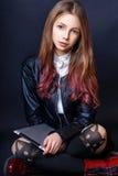 Muchacha linda adolescente con el pelo largo que presenta el retrato de la naturaleza del estudio Foto de archivo