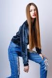 Muchacha linda adolescente con el pelo largo que presenta el retrato de la naturaleza del estudio Imágenes de archivo libres de regalías