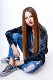 Muchacha linda adolescente con el pelo largo que presenta el retrato de la naturaleza del estudio Fotografía de archivo libre de regalías