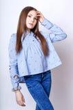 Muchacha linda adolescente con el pelo largo que presenta el retrato de la naturaleza del estudio Fotos de archivo