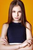 Muchacha linda adolescente con el pelo largo que presenta el retrato de la naturaleza del estudio Fotos de archivo libres de regalías