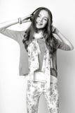 Muchacha linda adolescente con el pelo largo que presenta el retrato de la naturaleza del estudio Rebecca 36 Foto de archivo libre de regalías