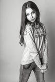 Muchacha linda adolescente con el pelo largo que presenta el retrato de la naturaleza del estudio Rebecca 36 Fotografía de archivo