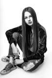 Muchacha linda adolescente con el pelo largo que presenta el retrato de la naturaleza del estudio Rebecca 36 Imagen de archivo libre de regalías