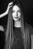 Muchacha linda adolescente con el pelo largo que presenta el retrato de la naturaleza del estudio Rebecca 36 Fotos de archivo libres de regalías