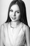 Muchacha linda adolescente con el pelo largo que presenta el retrato de la naturaleza del estudio Rebecca 36 Foto de archivo
