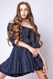 Muchacha linda adolescente con el pelo rizado largo que presenta el retrato de la naturaleza del estudio Fotos de archivo libres de regalías