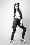 Muchacha linda adolescente con el pelo rizado largo que presenta el retrato de la naturaleza del estudio Rebecca 36 Fotos de archivo
