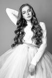 Muchacha linda adolescente con el pelo rizado largo que presenta el retrato de la naturaleza del estudio Rebecca 36 Imágenes de archivo libres de regalías