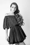 Muchacha linda adolescente con el pelo rizado largo que presenta el retrato de la naturaleza del estudio Rebecca 36 Foto de archivo libre de regalías