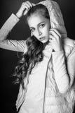 Muchacha linda adolescente con el pelo rizado largo que presenta el retrato de la naturaleza del estudio Rebecca 36 Imagen de archivo
