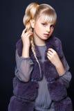 Muchacha linda adolescente con el pelo rubio largo que presenta el retrato de la naturaleza del estudio Imágenes de archivo libres de regalías
