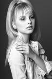 Muchacha linda adolescente con el pelo rubio largo que presenta el retrato de la naturaleza del estudio Rebecca 36 Imagenes de archivo