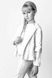 Muchacha linda adolescente con el pelo rubio largo que presenta el retrato de la naturaleza del estudio Rebecca 36 Imagen de archivo