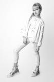 Muchacha linda adolescente con el pelo rubio largo que presenta el retrato de la naturaleza del estudio Rebecca 36 Foto de archivo