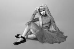 Muchacha linda adolescente con el pelo rubio largo que presenta el retrato de la naturaleza del estudio Rebecca 36 Fotografía de archivo libre de regalías
