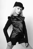 Muchacha linda adolescente con el pelo rubio largo que presenta el retrato de la naturaleza del estudio Rebecca 36 Fotografía de archivo