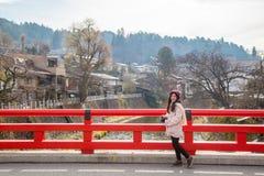 Muchacha linda asiática en el puente de Nakabashi en Takayama, Japón imagen de archivo libre de regalías