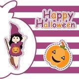 Muchacha linda como bruja y calabaza en historieta del fondo, la postal de Halloween, el papel pintado, y la tarjeta de felicitac Foto de archivo