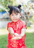 Muchacha linda con el bolsillo rojo por Año Nuevo chino Foto de archivo libre de regalías