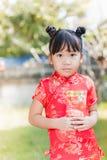 Muchacha linda con el bolsillo rojo por Año Nuevo chino Imagen de archivo