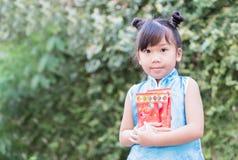 Muchacha linda con el bolsillo rojo por Año Nuevo chino Imágenes de archivo libres de regalías
