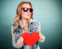 Muchacha linda con el corazón rojo Imagenes de archivo