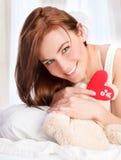 Muchacha linda con el juguete suave del oso Foto de archivo libre de regalías