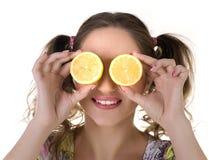 Muchacha linda con el limón Imagenes de archivo