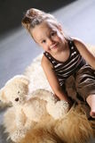 Muchacha linda con el oso de peluche   Foto de archivo