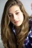 Muchacha linda con el pensamiento largo rubio del pelo Imagen de archivo