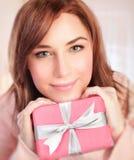 Muchacha linda con el rectángulo de regalo Imagen de archivo libre de regalías