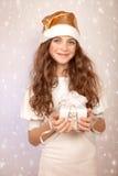 Muchacha linda con el regalo de la Navidad Fotografía de archivo libre de regalías