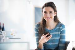 Muchacha linda con el teléfono móvil Fotos de archivo libres de regalías